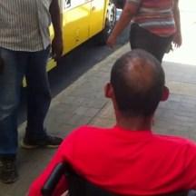 Cadeirante enfrenta dificuldade para embarcar em ônibus na parada do Derby