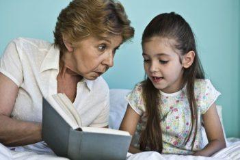Grand-mère qui lit une histoire à une petite-fille