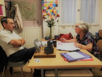 un membre de l'équipe AEEM Pau Béarn reçoit un professeur bénévole dans leurs locaux