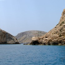 Τα τρία νησιά των Μακάρων. Δεξιά ο Άγιος Νικόλαος, αριστερά η Αγία Παρασκευή και στο βάθος η Στρογγύλη.