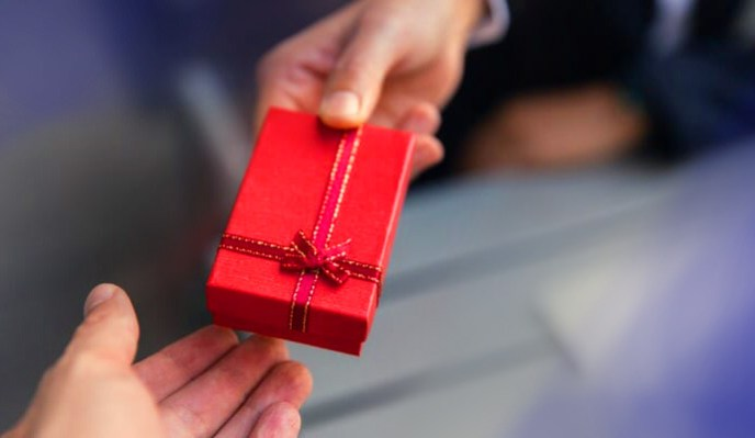 giving-present-gift-box CROPPPED