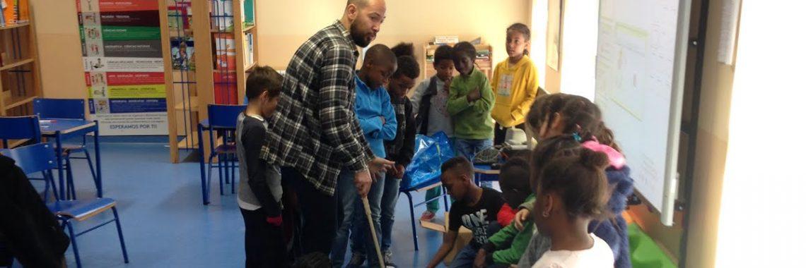 Mionitor com alunos na apresentação do projecto Golfi & Friends