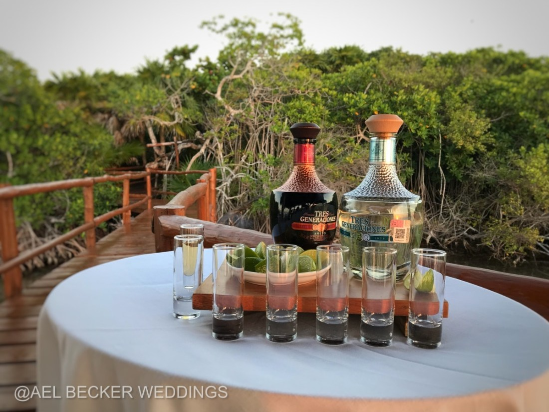 Cocktail hour in the lagoon pier. Mukan Resort luxury experience. Ael Becker Weddings