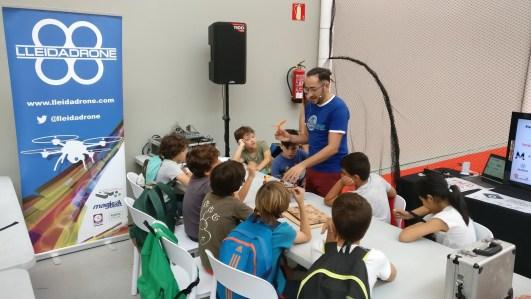 formacion drones con niños de instituto en mercado audiovisual de catalunya