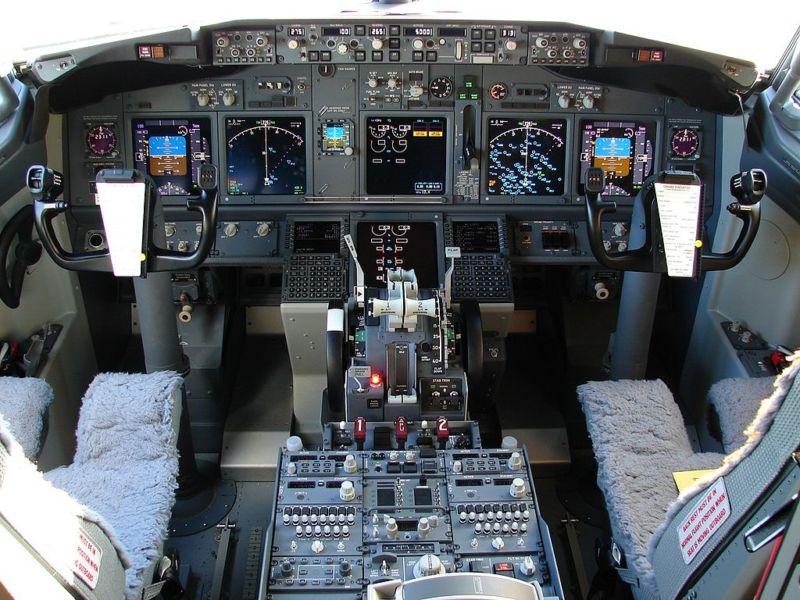 The_737-800_Flight_Deck_3852492599-800x600