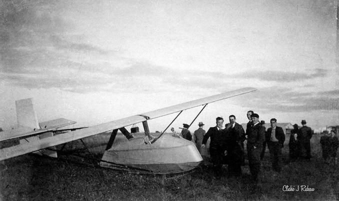 L'Avia XV-A d'Air Touraine. Avec le béret, Marcel Bodin. Derrière lui la haute silhouette d'Albert Carraz. (@ Jean Rideau)