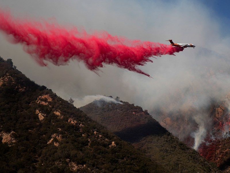 111118-retardant-drop-wildfire-malibu-ap-p