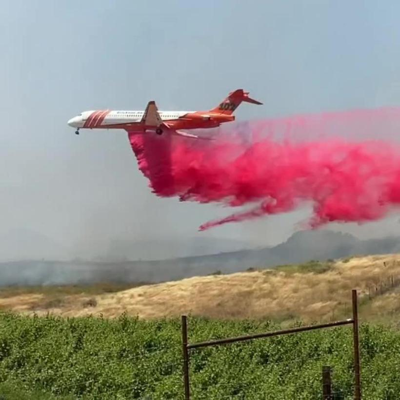 2009070907-Air-Tanker-Sprays-Retardant-Over-Drum-Fire-In_hires
