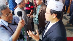 Photographer and reporter, Minaq Jinggo, interviewing Dr. Yusri at the Palace of Justice on the 22/8/2013.