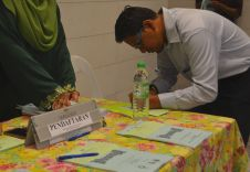 A person registering to attend the Wacana Liberalisme: Agenda Jahat Illuminati, Kompleks Islam Putrajaya, 17th January 2017.