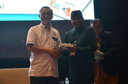 The director of the event, MUAFAKAT's Yasin Baboo (r) presenting a souvenir to A. Karim Omar at the Wacana Liberalisme: Agenda Jahat Illuminati, Kompleks Islam Putrajaya, 17th January 2017.