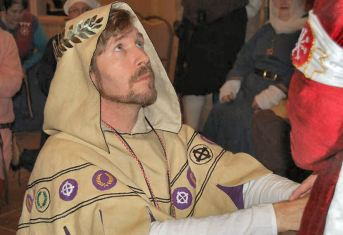 Master Kieran MacRae swearing fealty as a Laurel. Photo by Lady Àine ny Allane.