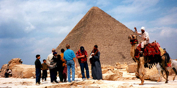 Egypt-pyramids-tourists_564x282