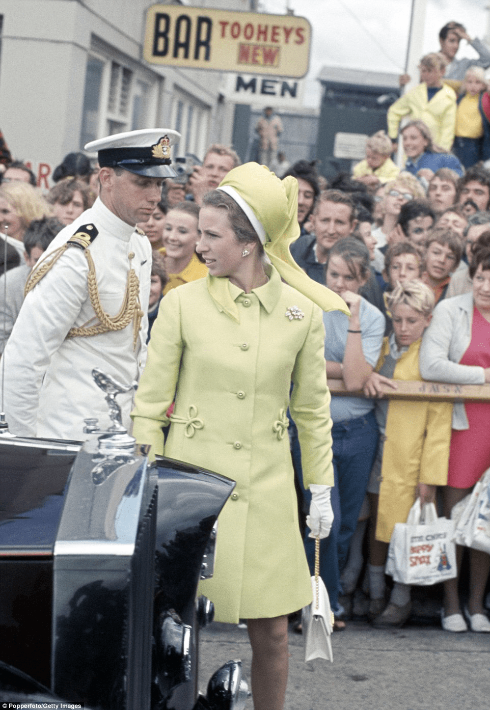 2e478c8300000578-3309563-princess_anne_dressed_in_a_sixties_inspired_yellow_coat_with_fro-a-14_1447123245853