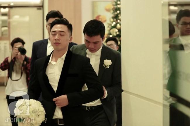 Hot: Chú rể đại gia 40 tuổi cúi gằm mặt khi đến đón Á hậu Thanh Tú về dinh trong lễ cưới sáng nay - Ảnh 17.