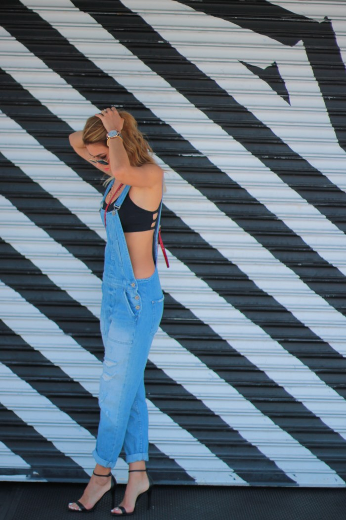 a fancy affair miami fashion blogger amanda tur wearing zara denim overalls in wynwood area with schutz cadey-lee sandals and ray ban sunglasses