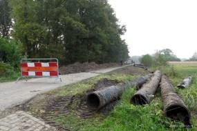 De asfaltweg wordt een zandpad