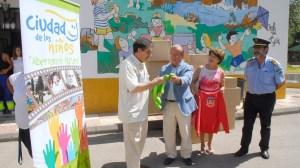 Entrega de ropa por el alcalde de Granada y la concejala de Protección Ciudadana y Movilidad. Javier Algarra