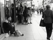 Un hombre mendiga en Zaragoza. Flor Medina