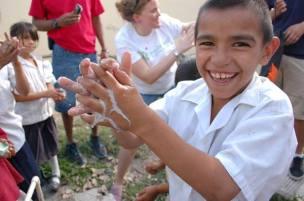 El proyecto ha llevado jabones reciclados a niños de Honduras y Kenia