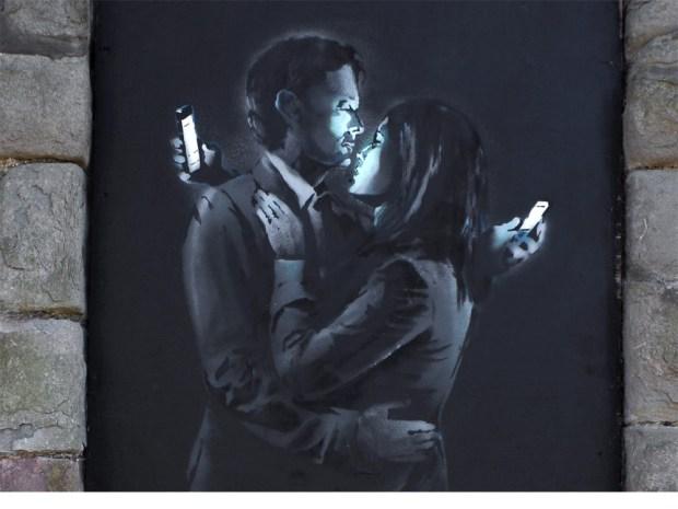 'Los amantes del móvil', creada en 2014 en el Broad Plain Boys Club de Bristol, localidad natal del artista. Fue vendidopor 506.000 euros.