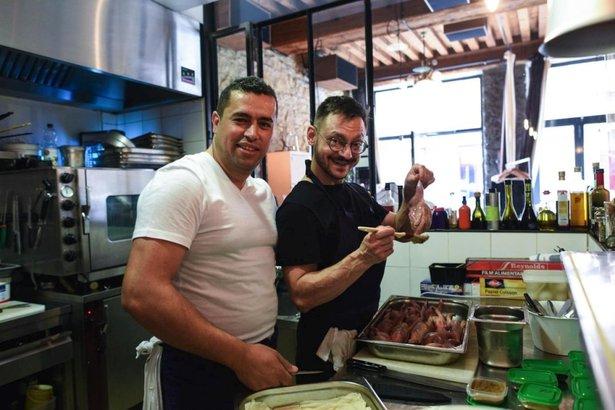 El chef sirio Mohammad Elkhaldy (a la izquierda) y el propietario del restaurante francés Hubert Vergoin se preparan para el evento inaugural del Refugee Food Festival, en el restaurante Le Substrat en Lyon, Francia. © ACNUR / Benjamin Loyseau