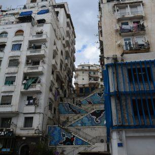 Calles y una de la centena de escalinatas de Argel