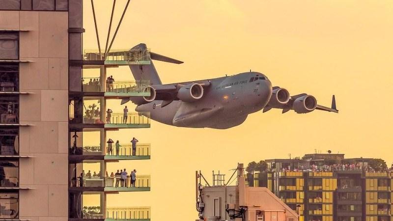 عرض جوي طائرات وسط مباني بريزبان استراليا