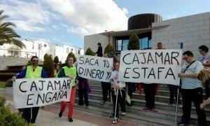 Stop desahucios en la puerta de CajaRural. Denunciando los suicidio de familias afectas por esta entidad. Marcha a Almería