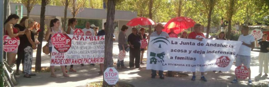 stop-desahucios-en-las-puertas-de-la-junta-de-andalucia