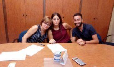 Carmen, Lidia y Abraham firmando
