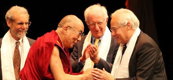 O Dalai Lama com o co-fundador da Ação para Felicidade, Richard Layard, e outros em 2013