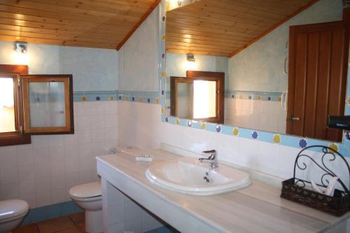 Hotel Abada Hoteles con Jacuzzi en la habitacin en Granada
