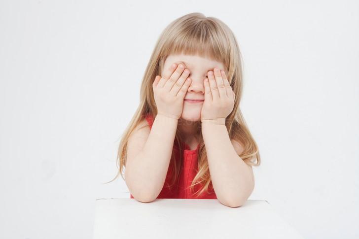目隠しする女の子