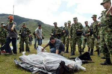 Members of the 6th Division of the Colombian Army cover the bodies of four peasant union members killed during the military attack against the civilian population of Jardines de Sucumbíos.