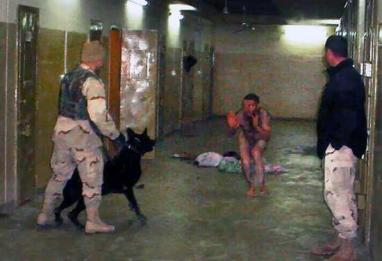 Dentro de Abu Ghrai en Irak, un soldado estadounidense amenaza con un perro a un detenido.