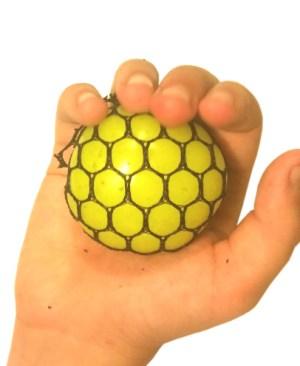 gniotek-w-siatce-maly-4cm-w-reku