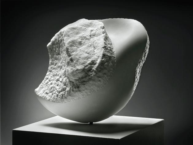 Marmersteen beeld van Afke Roggeveen / organisch vormgever / organisch kunstenaar