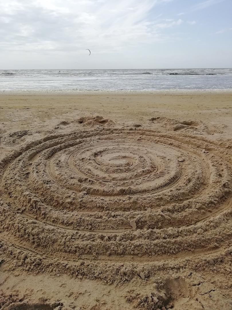 Zandspiraal strand kunstzinnige oefening Afke Roggeveen, art therapy, kunstzinnige therapie, beeldende therapie, vaktherapie beeldend