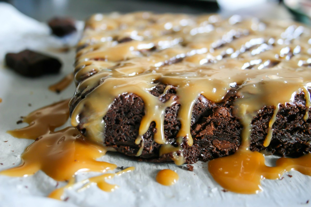 chocolate chip brownies with salted caramel sauce | a flavor journal.