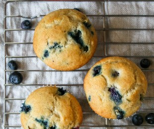 fluffy, warm, delicious blueberry muffins made with buttermilk! these are a classic breakfast or brunch MUST, and they couldn't be easier to make! buttermilk blueberry muffins | a flavor journal.