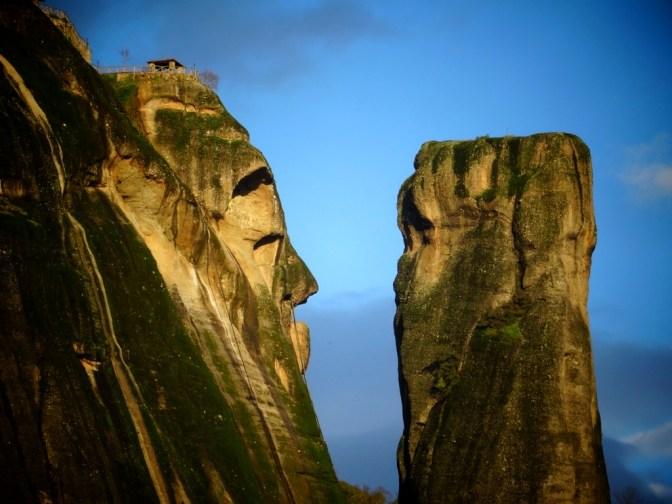Grèce - Moi je vois : un gros monsieur, avec un tout petit chapeau... !