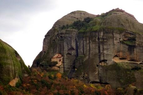 Trous d'ermites et monastère sous roche