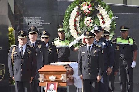 Muere policía baleado por delincuentes en Ecatepec; le rinden homenaje