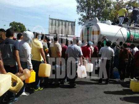 La gente se formó para esperar su turno y llevar combustible.