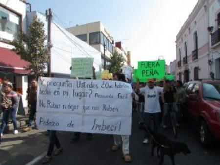 Los manifestantes gritaron consignas contra el presidente.