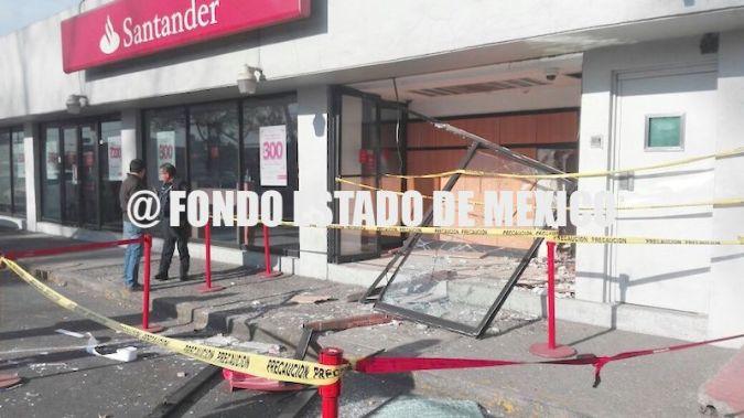 Estrellan camioneta contra banco para llevarse un cajero automático en Ecatepec