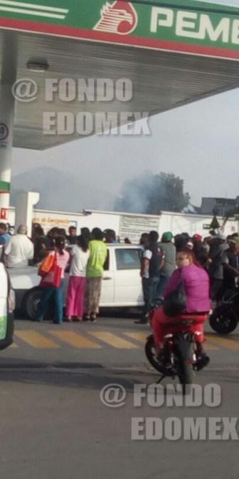 Los manifestantes llenaban garrafones de gasolina en la estación a falta de autoridad que se los impideiera