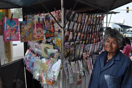 VIDEO: Doña Julia vende periódicos desde 1975 en Neza; el oficio se extingue