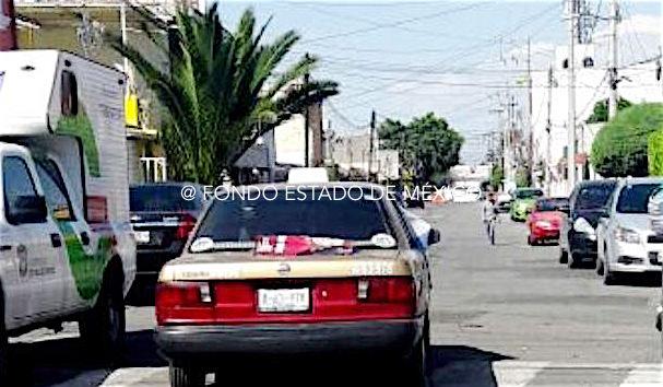 Dejan cuerpo decapitado y mensaje a bordo de un taxi en Ecatepec